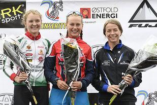 Julie Bodahl (midten) vant kvinneklassen i Grenserittet MIDT foran Thea Maurtvedt (til venstre) og Vibeke Tegneby (til høyre). (Foto: Bjørn Johannessen)