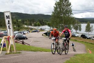 Det ble kamp om 2. plassen helt til målstreken mellom John Hammer (til v.) og Øystein Aamodt. (Foto: Øivind Larsen)