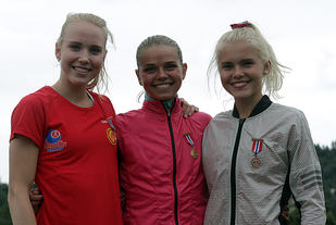 3 glade jenter på pallen, Ingrid Folvik, Stine Wangberg og Christine Næss