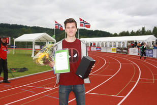 Jakob Ingebrigtsen (15) fikk søndag ettermiddag Friidrettens Venners sølvpokal som bevis på at han ble kåret til Norgesmesterskapets beste mannlige utøver.