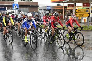Det var lett regn da elitesyklistene trillet ut fra Halden sentrum fredag ettermiddag og dermed var i gang med årets utgave av Ladies Tour of Norway. (Foto: Bjørn Johannessen)