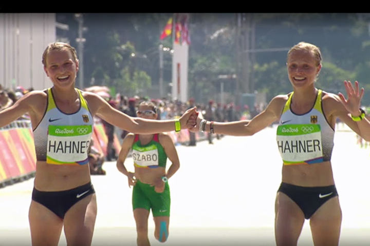 Gleden over å få delta i OL var stor for tvillingene Anna og Lisa Hahner selv om de sportslige resultatene var langt unna målsetningen. (Foto: skjermdump fra TV2 Sumo)