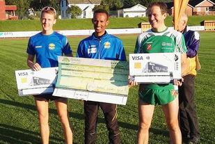 Ebrahim Abdulaziz (midten) vant 10 kilometeren foran Trond Ørjan Eida (til venstre) og Ole Arnold Sødal. (Foto: Bjarne Vad Nilsen)