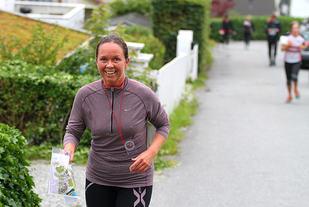 Løperne er på vei opp Jægerbakken tilbake til mål ved Handelshøyskolen.