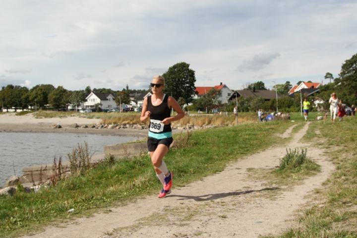 Ragnhild Kvarberg vant Kystleden Halvmaraton 17.august. Geir-Morten Hansen har lagt ut dette bildet og 236 andre fra det populære løpet i Vestfold.