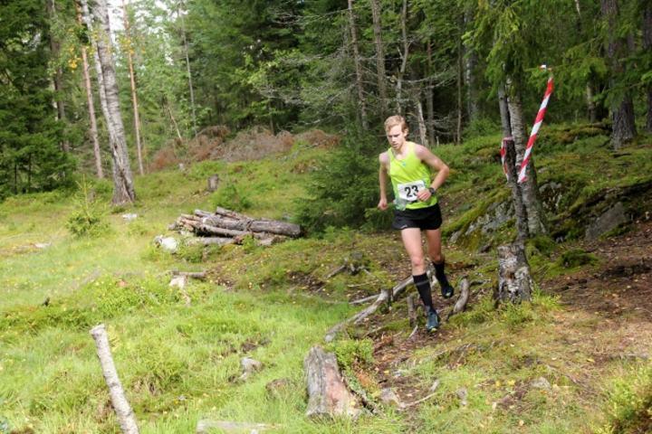 Eirik Rustad i terrenget der en o-løper trives best (arrangørfoto).