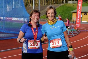 Beate Jensen og Mariann Fossmark fra DNB er ivrige deltakere i løpskarusellene på Fana Stadion.