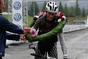Seierkrans: En skitten vinner, Søren Nissen, går i mål foran Håkonshall. (Foto: Per Inge Østmoen)