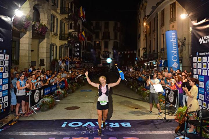 Svenske Mimmi Kotka kunne juble for seieren etter å ha løpt de 101 kilometerne fra Courmayeur til Chamonix. (Foto: Pascal Tournaire, © UTMB®)