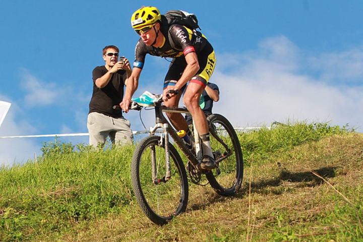 Siste bakke: Det var her Åsmund Løvik kjørte feil i 2014, men denne gangen fant han eliteklassens egen vei mot mål: Ned den bratte bakken og så det 50 meter lange oppløpet til målportalen. (Foto: Kjell Vigestad)