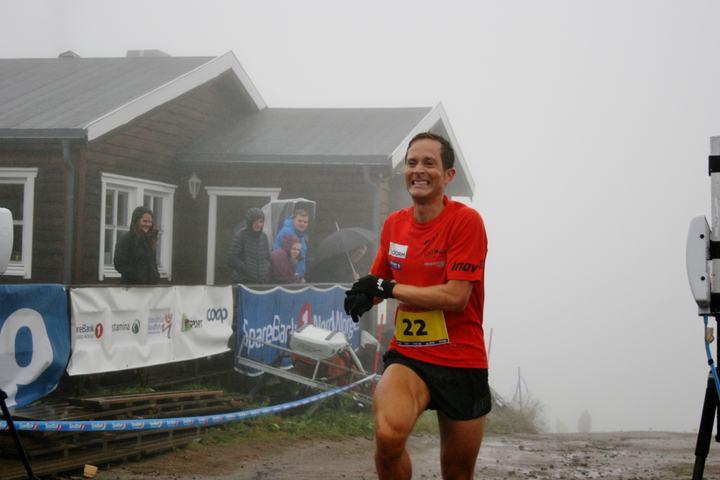 Eirik Haugsnes går i mål til seier ved Fjellstua (foto: MSM)