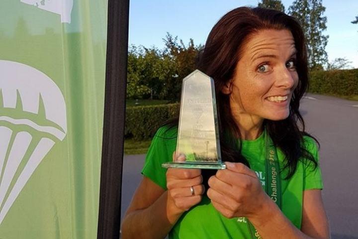 Jeanette Vika viser fornøyd fram vinnerpremien (foto: VUC).