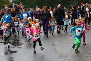 Glade barn i Langtrampen i Nannestad. (Foto: Bjørn Hytjanstorp)