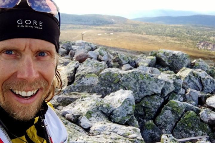 Sondre Amdahl er her på ultraløpets høyeste punkt...(selfie).