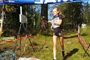 Malin Hoelsveen krysser målstreken som klar vinner av den 5. utgaven av Lundehøgda opp. (Foto: Anette Wilberg Ulven)