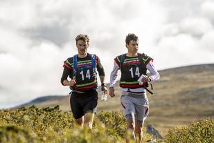 Vinnerteamet fra Merell Haglöfs Multimania på fjellet (foto: Johan Lidstrom, Nordic Adventure Race).