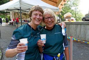 Karen Clementsen Kayser og Helene Vacarisas, begge fra Skandiabanken, gleder seg over et vel gjennomført sprintløp.