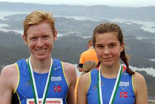 Varegg duoen Halfdan-Emil Færø og Christina Ellefsen Hopland smilende vinnere på toppen av Lyderhorn