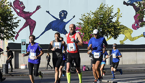 Maratonfigurene jubler (foto: Bjørn Johannessen).