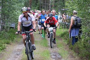 Fra starten i den 30. og aller siste Øverbygdajoggen i 2011 med syklister og løpere i skjønn forening ut fra start. (Foto: Nils Erling Myhr)