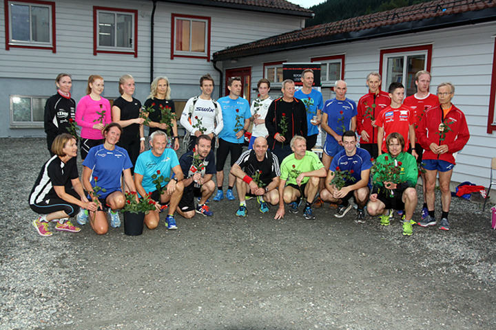Tradisjonen tro ble det delt ut roser til alle deltagerne på tid under sesongens siste løp. Her er buketten