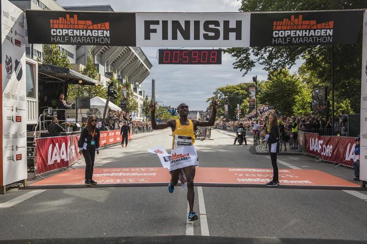James Mwangi Wangari løper inn til seier i København (foto: CPH Half, Matthew James).