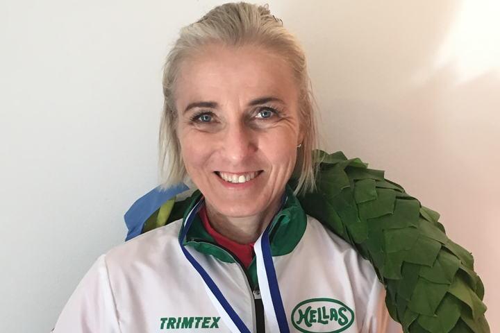 Grete Kirkeberg Mørk med laurbærkrans og gullmedalje for sin suverene  seier i Stockholm lørdag. (Foto: Privat)