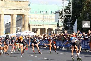 Hele 34 løpere kom i samlet felt gjennom Brandenburger Tor, og det ble spennende oppløp. (Foto: Kjell Vigestad)