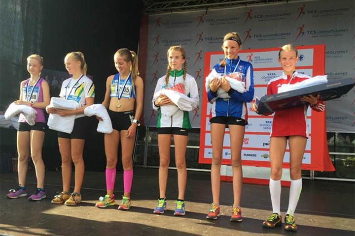 Pernille Karlsen Antonsen (til høyre) vant, og Emma Kirkeberg Mørk (nr. 2 fra høyre) ble nummer tre på 6 kilometeren i Lilla Lidingöloppet. (Foto: Jack Waitz)