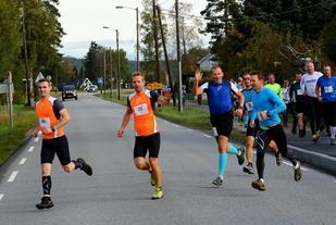 Starten har nettopp gått fra det grå huset i bakre høyre kant, arrangørenes hus. Den mannlige halvparten av arrangørstaben kommer her vinkende i blå trøye til høyre (foto: Bjørn Hytjanstorp).