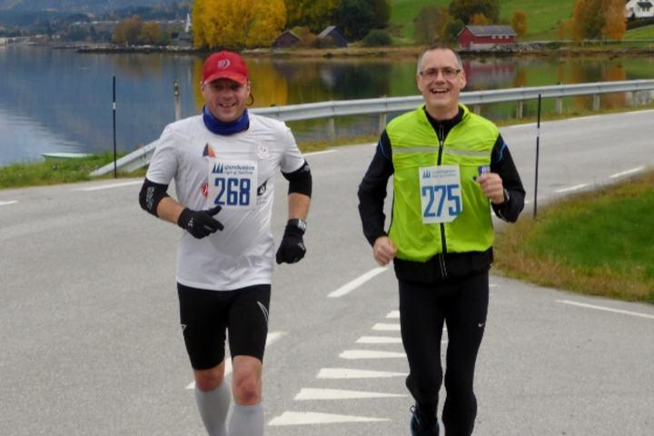 I så godt humør blir ein av å springe langt: Jan Erik Roset og Sindre Humberset i fjorårets testløp (arrangørfoto).