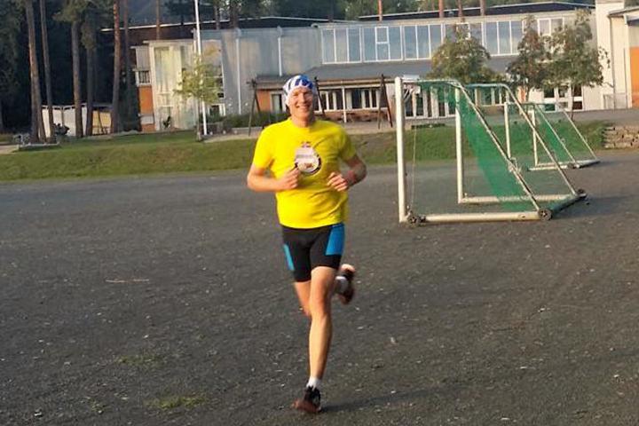Henning Mortensen alene i tet og med smilet på plass halvveis i årets siste gå-jogg. (Foto: Miroslaw Baran)