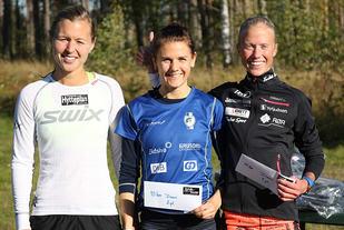Marthe Katrine Myhre (til høyre) vant 10 kilometeren med Marte Flatlien (midten) på andreplass og Marte Pedersen på tredje. (Foto: Runar Gilberg)