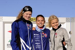Stine Wangberg kan juble over at hun kan kalle seg juniornorgesmester. Mariann Roe (t.v.) og Christine Næss jubler også.