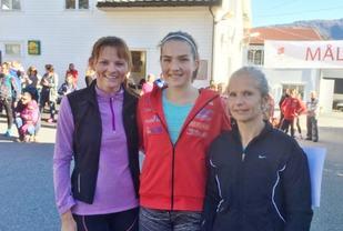 Dei tre beste damene med vinnaren Marianne Feidje Medje i midten, flankert av Mirjam Mjelde til høgre og Marianne Kalleklev Haukøy til venstre (foto: Vidar Simmenes).