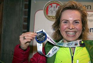 Anna Silje Andersen viser stolt fram Vinterkarusellmedaljen