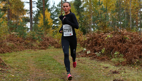 Veronika Blom alene i tet på 10 km (foto: Bjørn Hytjanstorp).