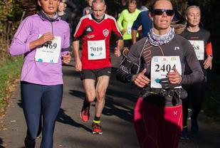 Til venstre Anne Kristine Johanson som ble nummer fire av damene på halvmaraton med 1:37:37. Til høyre Hanna Kate Nordberg, nummer tre av ni damer som løp maraton. Tiden ble 3:31:31. Bak ser vi Reidar Jensen som løp halvmaraton på 1:37:54. Bak til høyre ser vi Randi Hernes Tvilde som løp på 1:43:17. Foto arrangøren