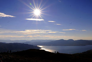 Utsikten fra toppen av Gladihaug går i alle retninger, her ser vi utover Osterfjorden mot Steinestø. Deltakerne hadde denne gangen strålende vær og ganske tørr løype.