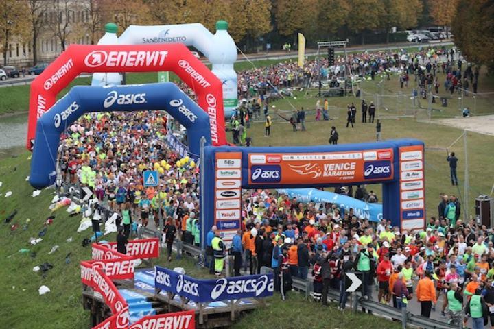 Fra starten av årets Venezia Marathon ved Villa Pisani i Stra (Arrangørfoto)