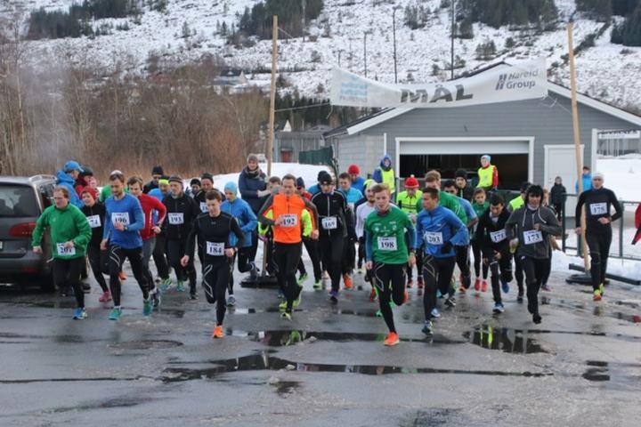 Starten på det fjerde og siste løpet i Grimstadvatnet Rundt 6. februar 2016. Som vi ser var det nullføre med litt snø og slaps. Foto: arrangør