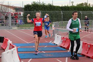 Rekord: Her er det klart at Therese har klart å sette norsk rekord på 24 timers under EM. Etter dette fortsatte hun å løpe en time til. Foto: Johan Holmgren