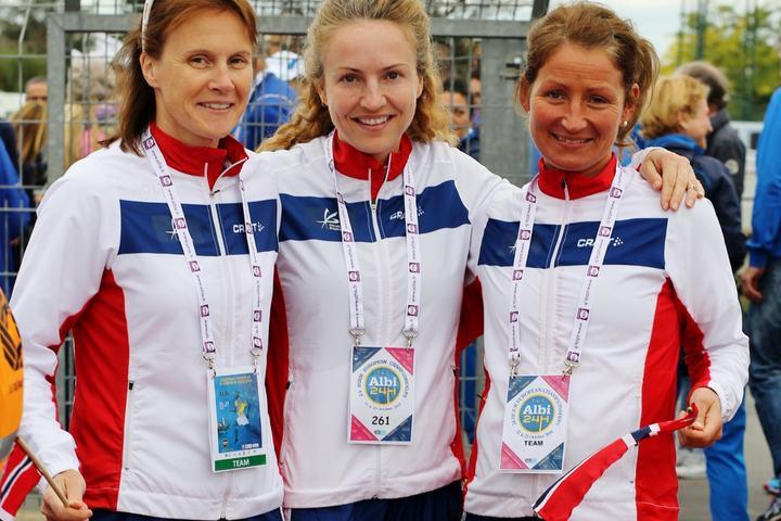 Tre jenter fra Romerike Ultraløperklubb utgjorde det norske kvinnnelaget i Albi; Hilde Johansen, Therese Falk og Cecilie Holmgren (foto: Johan Holmgren).