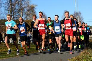 Starten for halvmaratonløpet har gått, og de gutta som var først i mål, er allerede å finne langt fram i feltet. (Foto: Bjørn Hytjanstorp)