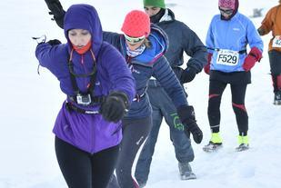 I dyp snø over Grønlandsisen, Marianne med nr 529 (foto: Marathon-photos.com)