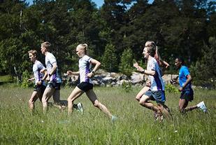 Kristiansand Løpeklubb tester løypa til Nordisk Mesterskap i sommer. Nå er det ikke like grønt og de fleste deltakerne velger å løpe med piggsko. (Foto: arrangøren)