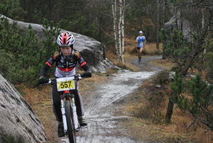 Trygve Rogstad(på bildet) og hans løpe-makker Sondre Klippenberg sto for dagens prestasjon når de stilte lag fra EIK fotball G12 i selskap med bare voksne utøvere.   Foto: Lise B Hetland.