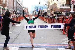 Karoline Skattebro fikk gleden av å bryte målbandet som vinner av Cambridge Half Marathon. (Foto: arrangøren)