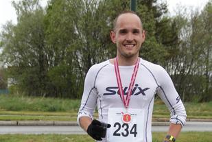 Olger fornøyd etter seier og ny solid pers på tiden 2.44.15 i Ålesund maraton i mai 2016. Foto: Helge Fuglseth
