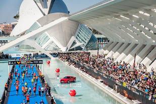 Spektakulær målgang: I Valencia Marathon går løperne i mål på en blå løper med vann på begge sider. (Foto: arrangøren)